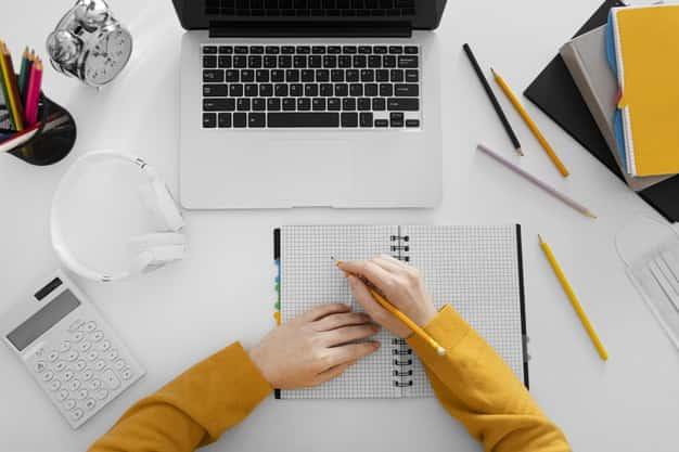Una joven toma apuntes para sus clases de maestrías en línea en Usa sobre Marketing. Ella quiere contar con una ventaja competitiva laboral y las maestrías en línea en Usa son indicadas para lograrlo.