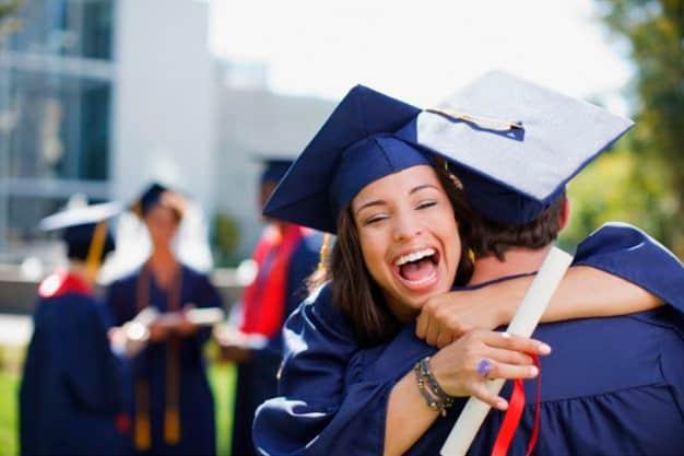 Una joven y su amigo se graduaron las maestrías en línea en Usa. Ellos saben que las maestrías en línea en Usa los convertirá en excelentes profesionales.