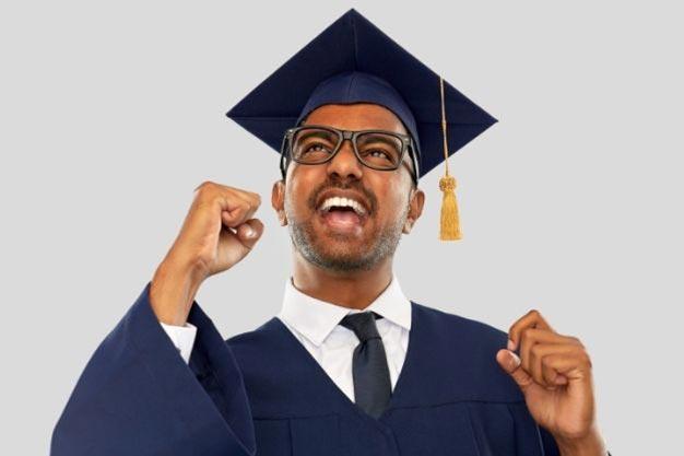 Un joven celebra su graduación de comunicación social y piensa en acceder a una de las maestrías en línea en Perú. Él desea ampliar sus oportunidades laborales y sabe qué las maestrías en línea en Perú pueden ayudarlo.