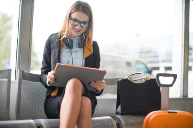 Observamos a una mujer que viaja porque ha conseguido ofertas de empleo en el extranjero. En la actualidad es muy fácil conseguir ofertas de empleo en el extranjero.