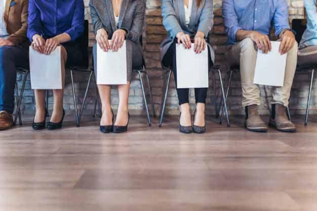 Vemos a personas esperando su entrevista porque han conseguido ofertas de empleo en el extranjero. Estas personas han postulado para obtener ofertas de empleo en el extranjero.