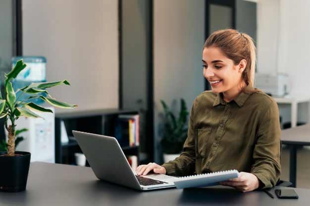 Se observa a una mujer estudiando una Maestría online para poder obtener ofertas de empleo en el extranjero. Ella quiere actualizarse y capacitarse para conseguir ofertas de empleo en el extranjero.