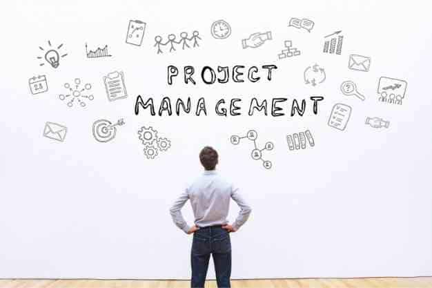 Se observa a un hombre frente al Plan de estudios de una Maestría en Gestión de Proyectos en Perú. Cada vez son más profesionales que se interesan en hacer una maestría en gestión de proyectos en Perú.