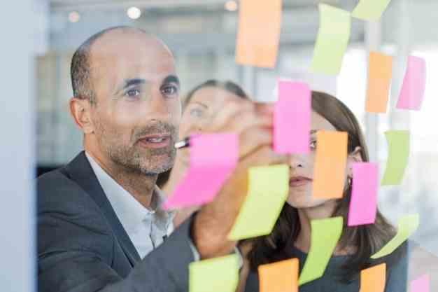 Observamos a un directivo explicando unas técnicas que aprendió en su Maestría en Gestión de proyectos en Perú. Ahora, los profesionales puedes especializarse con una maestría en gestión de proyectos en Perú para ascender.